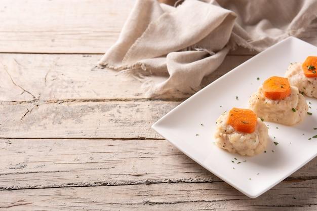 Poisson gefilte juif traditionnel sur table en bois