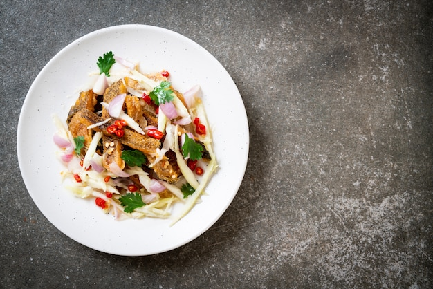Poisson gourami croustillant avec salade épicée