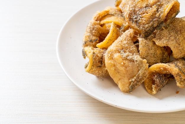 Poisson gourami croustillant avec sauce épicée aux fruits de mer