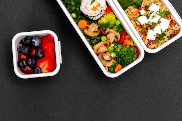 Poisson, légumes et fruits au-dessus de la vue
