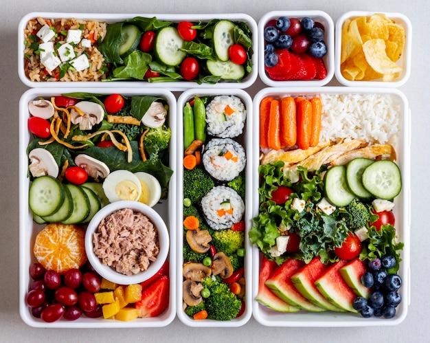 Poisson, légumes et fruits à plat