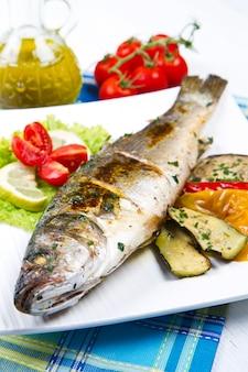Poisson, loup de mer grillé au citron et légumes grillés