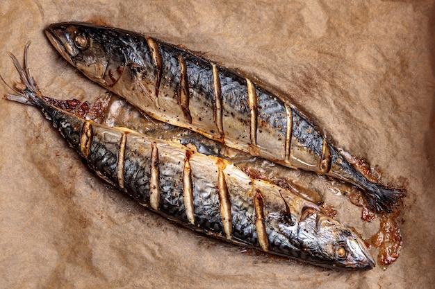 Poisson maquereau cuit au four barbecue grill vue de dessus de la nourriture préparée à chaud rôti scomber, délicieuse et savoureuse cuisine gastronomique protéinée
