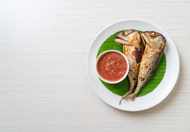 Poisson maquereau frit avec sauce aux crevettes épicée