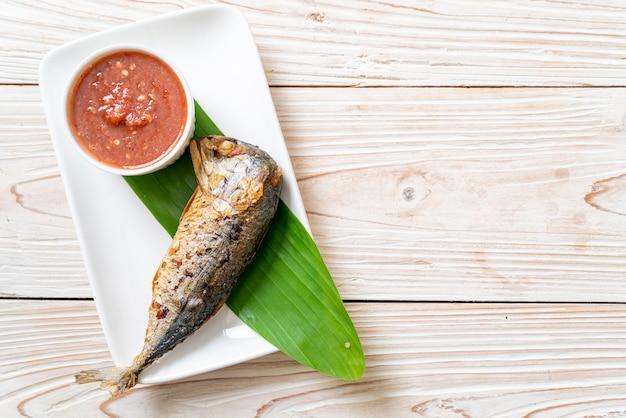 Poisson maquereau frit avec sauce épicée à la pâte de crevettes - style cuisine thaïlandaise