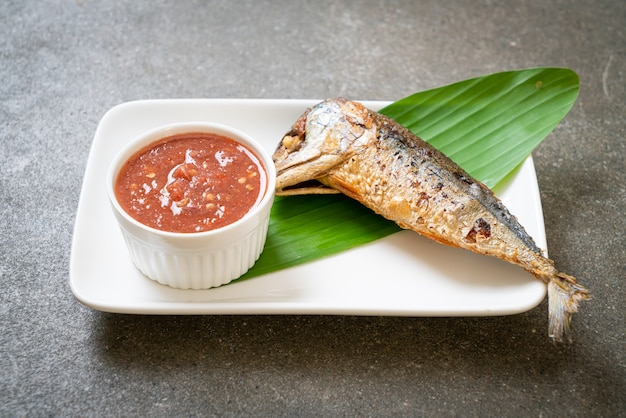 Poisson maquereau frit avec sauce épicée à la pâte de crevettes - style thaïlandais