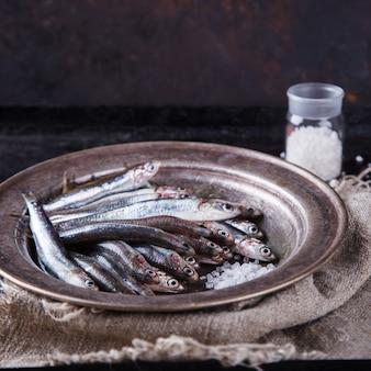 Poisson marin frais aux anchois. nourriture de fête d'été