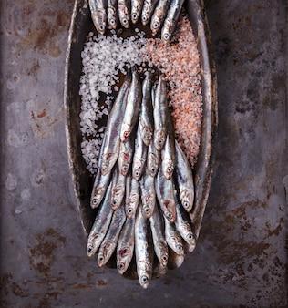 Poisson marin frais aux anchois