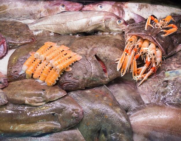 Poisson de mer et autres fruits de mer sur le marché