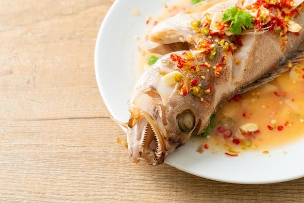 Poisson de mérou cuit à la vapeur avec citron vert et piments - style cuisine asiatique