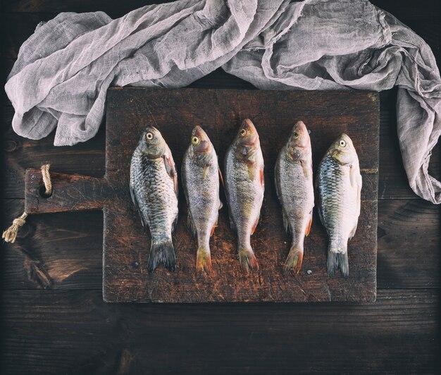 Poisson et perche de poisson frais nettoyés des écailles