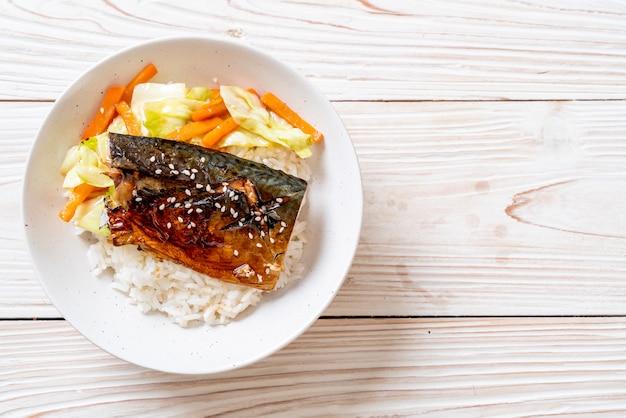 Poisson saba grillé avec sauce teriyaki sur bol de riz garni