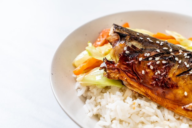 Poisson saba grillé avec sauce teriyaki sur un bol de riz garni
