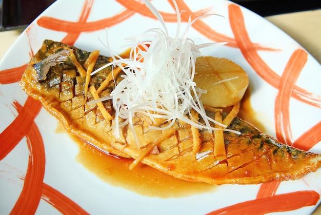 Poisson saba à la vapeur avec sauce dans l'assiette, style cuisine japonaise.