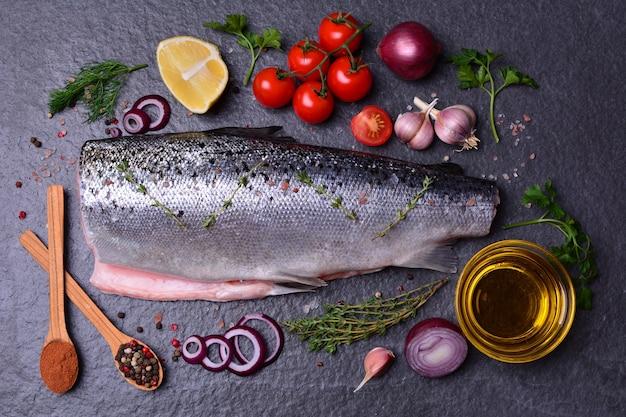Poisson saumon aux épices et légumes