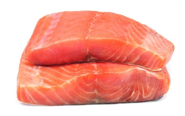 Poisson saumon sur blanc gros plan