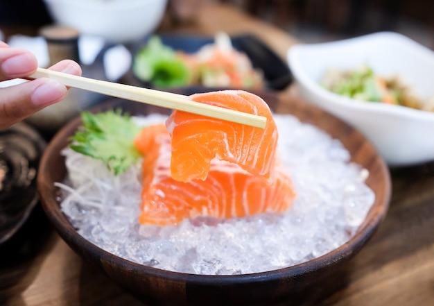 Poisson de saumon cru pour manger en cuisine