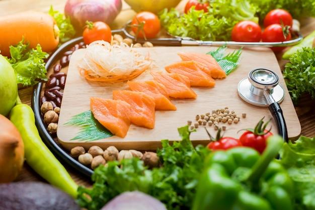 Poisson saumon frais et poulet aux légumes pour la cuisson d'une salade de steak. alimentation saine et diététique.