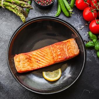 Poisson saumon frit barbecue grill fruits de mer repas cuit au four savoureux vue de dessus,