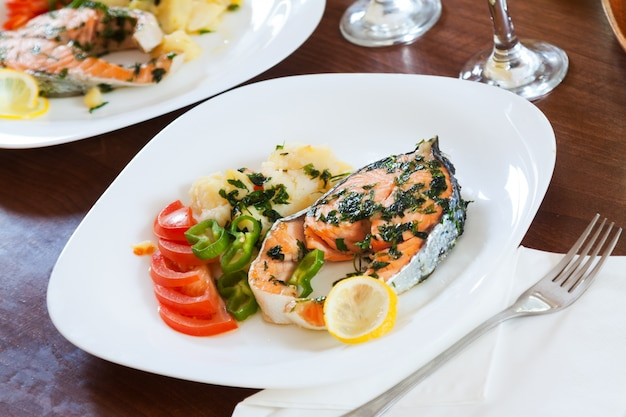 Poisson saumon grillé en assiette