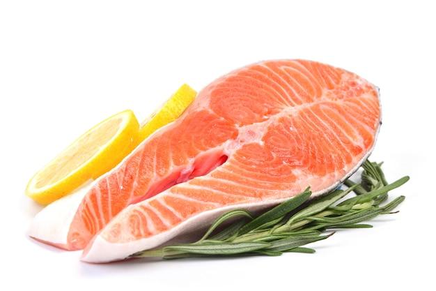 Poisson saumon isolé