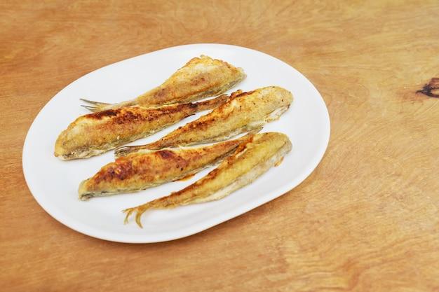 Le poisson sentait frit dans une assiette. vue de dessus