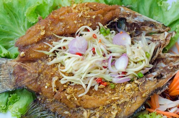 Poisson tilapia frit avec une salade de mangue