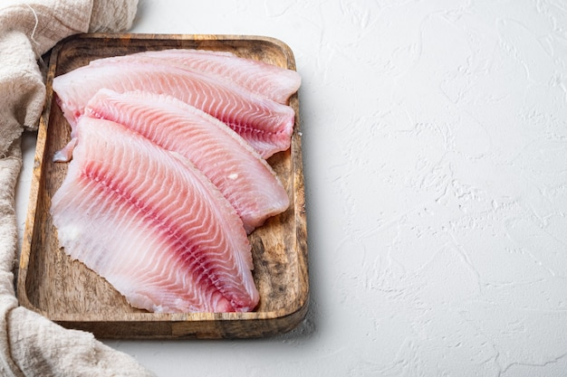 Poisson tilapia, viande sans peau, sur fond blanc avec espace de copie pour le texte