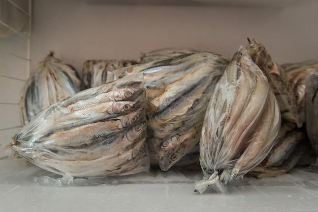 Poisson à vendre emballé dans des sacs en plastique à l'intérieur du congélateur