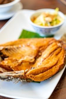 Poisson de vivaneau frit dans une sauce de poisson