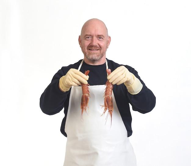 Poissonnier montrant une crevettes sur fond blanc