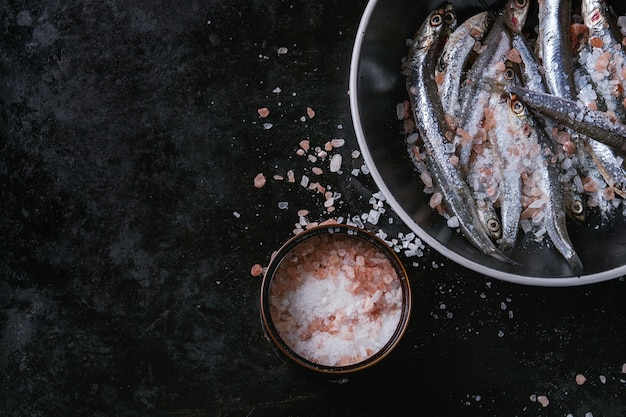 Poissons d'anchois frais crus
