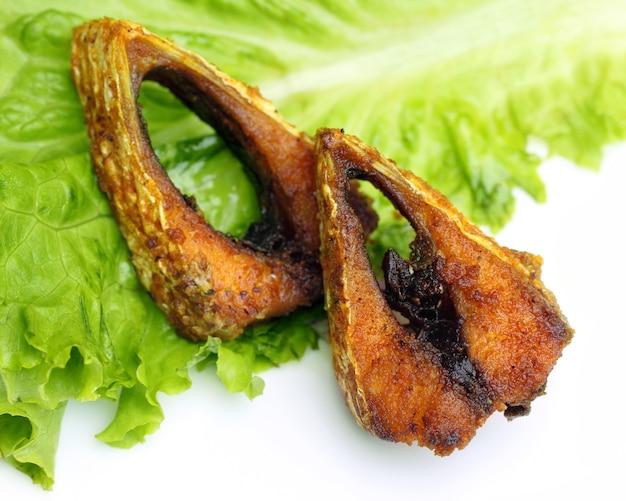 Poissons frits populaires de hilsa ou d'ilish d'asie du sud-est