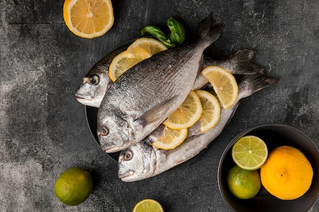 Poissons de fruits de mer non cuits avec des tranches de citron vue de dessus