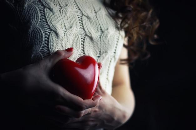 Poitrine de coeur féminin mains