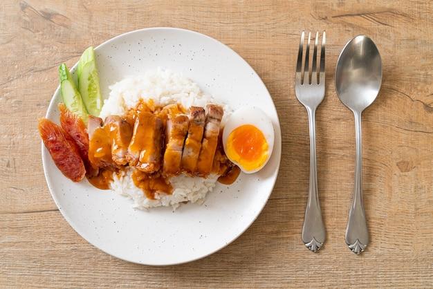 Poitrine de porc croustillante sur riz avec sauce rouge barbecue