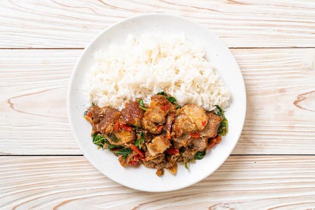Poitrine de porc croustillante sautée et basilic avec riz