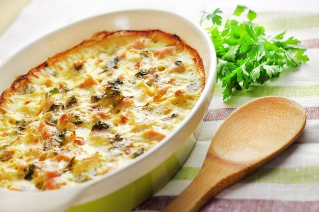 Poitrine de poulet et casserole de chou-fleur dans un plat de cuisson en céramique
