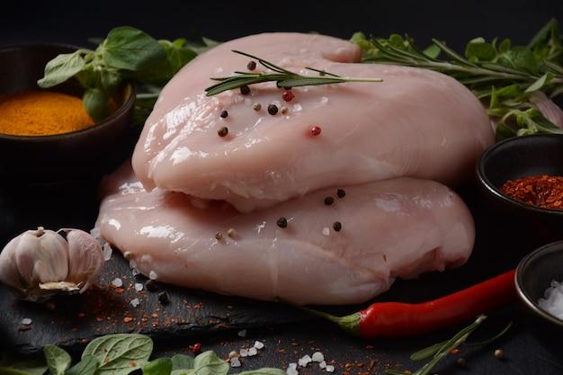 Poitrine de poulet crue désossée pour barbecue viande avec ingrédients pour la cuisson