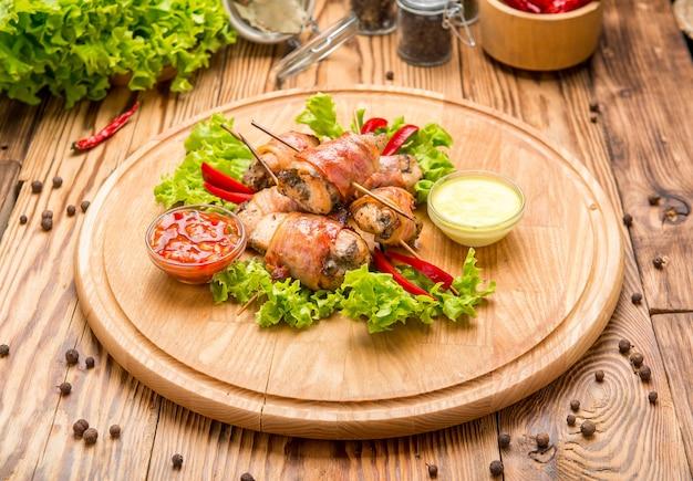 Poitrine de poulet farcie au bacon sur une assiette en gros plan. horizontal