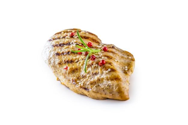Poitrine de poulet grillée au sel, poivre et romarin isolé sur fond blanc.