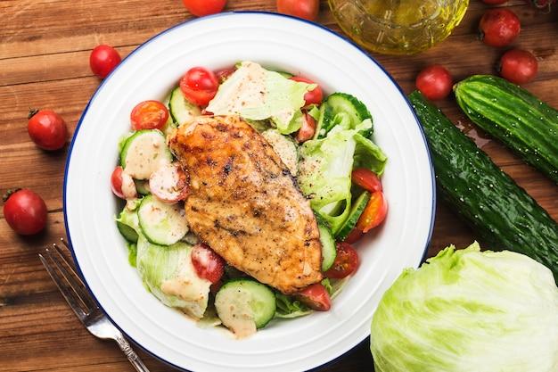 Poitrine de poulet grillée aux légumes