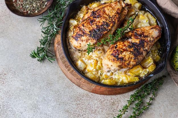 Poitrine de poulet grillée épicée à la citrouille et herbes aromatiques