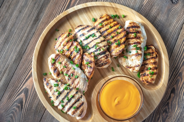 Poitrine de poulet grillée sur la planche de bois
