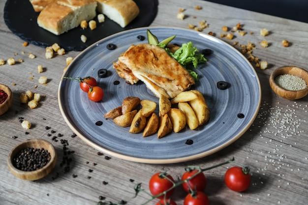 Poitrine de poulet grillée pomme de terre tomate laitue concombre