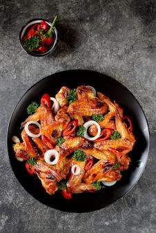 Poitrine de poulet grillée avec une salade de tomates cerises, concombres, roquette et persil