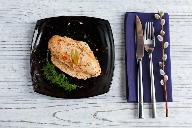 Poitrine de poulet rôtie aux épices sur bois