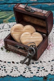 Poitrine vintage en bois coeurs à l'intérieur
