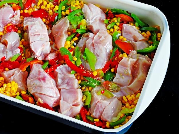 Poitrines de poulet au maïs et aux légumes à la mexicaine avant la cuisson