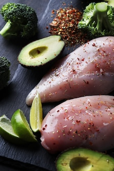 Poitrines de poulet crues aux légumes